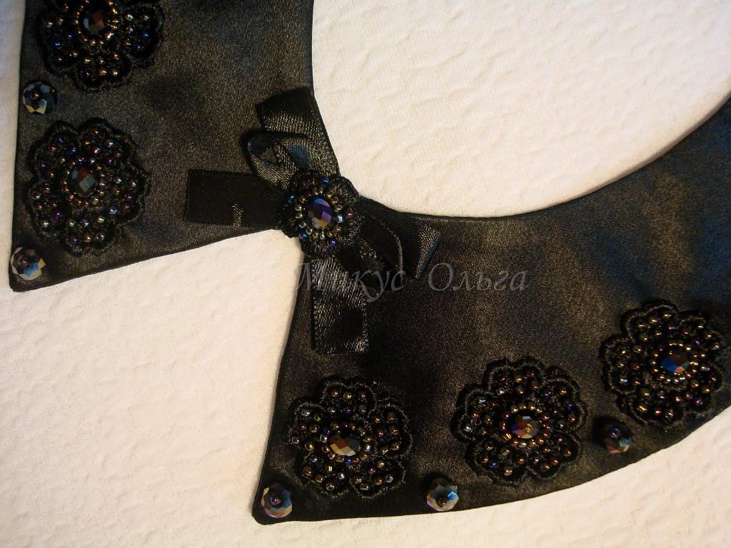 Воротник состоит из 2 половинок, украшенных цветами из гипюра,бисером,камнями.