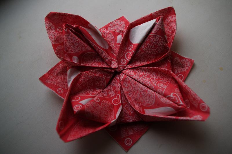 как красиво сложить салфетки,праздничный стол,как сложить салфетку в форме цветка,украшение стола,сложить салфетку в виде лилии,сервировка празничного стола,свадьба.застолье,украшение стола