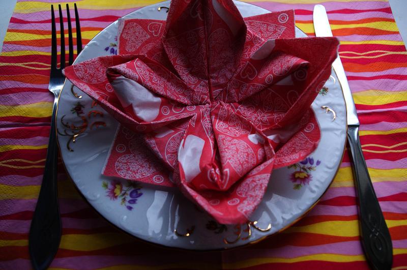 как красиво сложить салфетки,праздничный стол,как сложить салфетку в форме цветка,сложить салфетку в виде лилии,сервировка празничного стола,свадьба.застолье,украшение стола