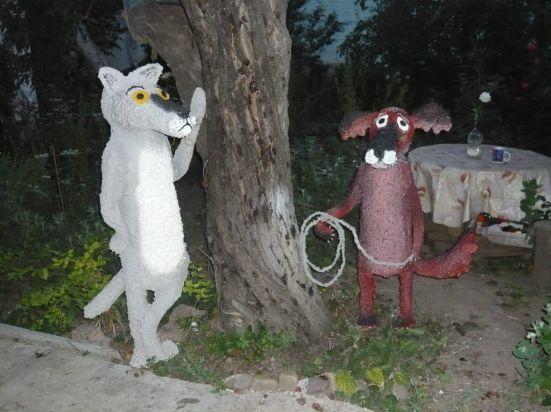 """садовые фигуры из пластиковых бутылок и монтажной пены,своими руками,мастер класс.мк,пошаговое фото,волк и собака из отходных материалов,персонажи из мультфильма """"Жил был пес"""",м/ф жил был пес,обустройство приусадебного учаска,делаем сами,декор дачи,двора"""